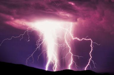 رصد صواعق خارقة تفوق ضربات البرق التقليدية بألف مرة - قدرة الطبيعة على إظهار بعض الطاقة الغاضبة - ضربات البرق التقليدية والساطعة