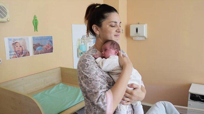 في حالة نادرة للغاية، ولدت سيدة توأمًا بفاصل 11 أسبوعًا بين الولادتين!