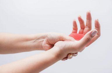 خدر (تنميل) اليدين: الأسباب والعلاج - شعور الخدر (التنميل) في اليدين، الذي قد يترافق مع الشعور بالضعف والوخز المؤلم - الوخز في إحدى الذراعين