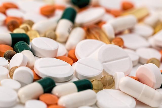 يساعد الأسبيرين في تخفيف شدة الألم ويقلِّل من الاستجابة الالتهابية في المنطقة المصابة