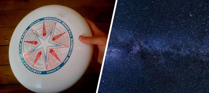 يُحدد محيط كل من الصحن الطائر والكون باستخدام العدد باي