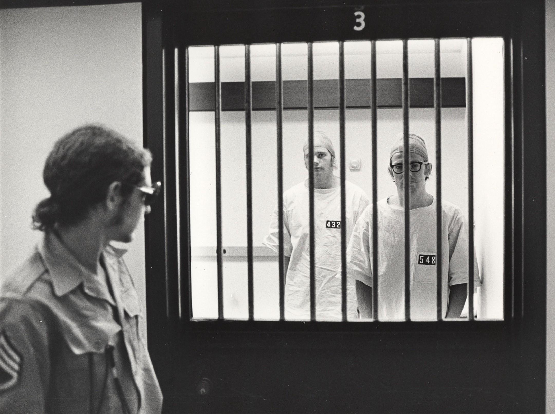 تجربة سجن ستانفورد: عندما يمنح البشر سلطة الطغيان! - تجربة فريدة تمثل دراسةً في علم النفس الاجتماعي انقسم فيها مجموعة من الأفراد إلى سجناء وسجانين