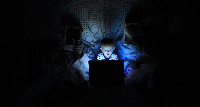 كيف يؤثر الضوء الأزرق على نومك وما هي الحلول؟