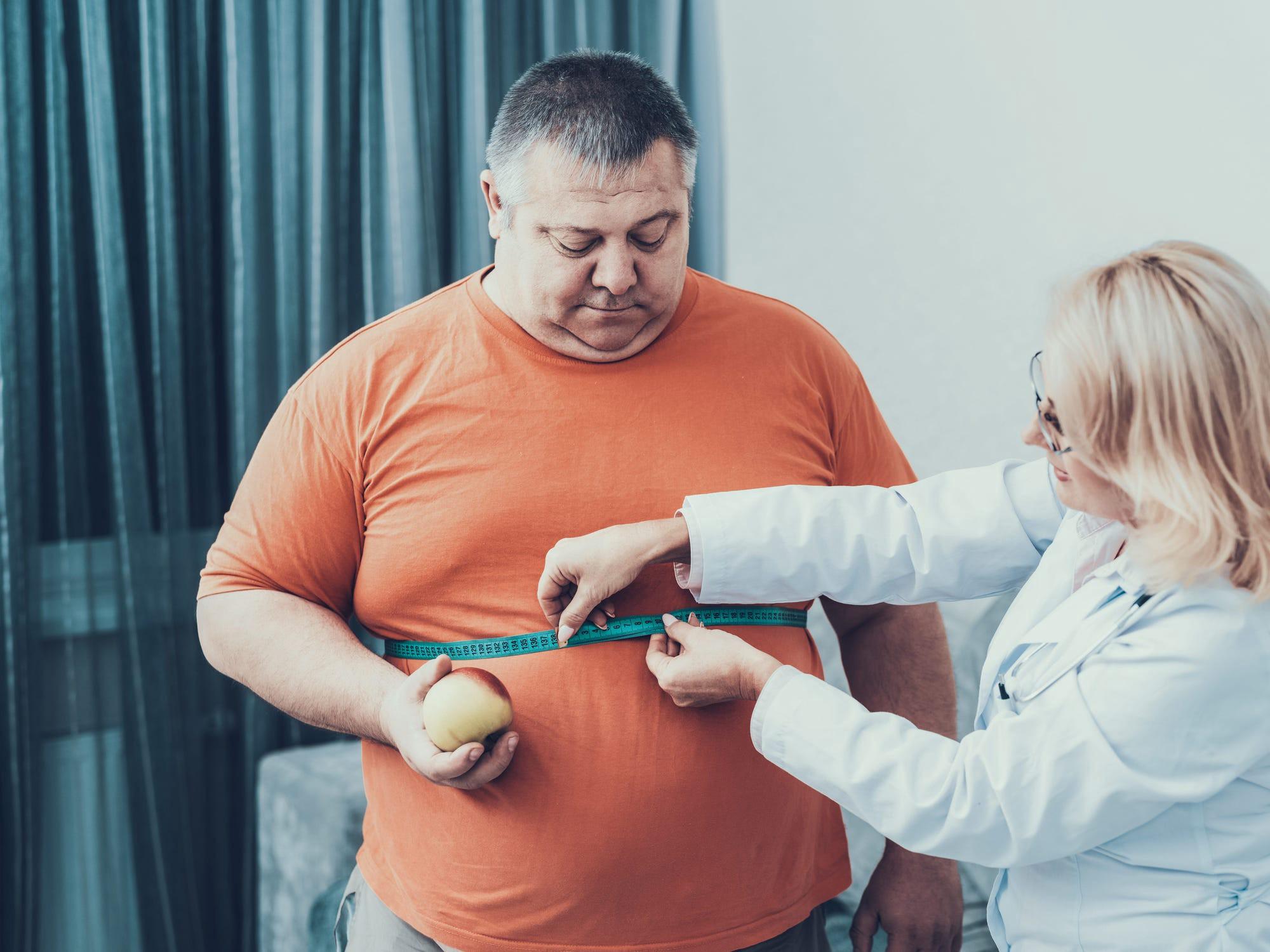 دواء جديد سيغير قواعد لعبة فقدان الوزن - علاج تجريبي لعلاج مرضى البدانة بواسطة دواء لخفض الوزن - تحقيق خسارة وزن سريعة في حالات البدانة الشديدة