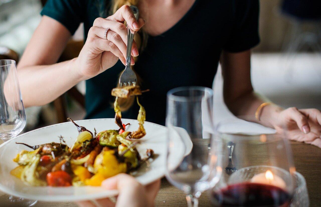 توقيت تناول الطعام يساعد على تقليل الشهية وحرق الدهون - الآثار الجانبية لمواعيد الوجبات غير المنتظمة - الارتباط بين الساعات الداخلية ومواعيد الطعام