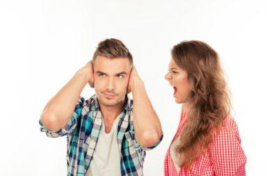 لماذا يستمتع الكثير منا بالسخرية من الآخرين - لماذا يتلذذ بعض الناس بالسخرية من غيرهم - الأسباب التي تدفع شخص ما للسخرية من غيره - السخرية من الآخرين