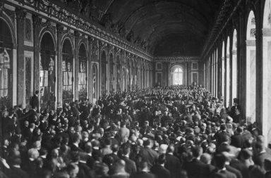 نظمت معاهدة فرساي- الموقعة في يونيو عام 1919 في قصر فرساي في باريس- بنود عملية السلام بين الحلفاء المنتصرين وألمانيا - تحقيق سلام بين ألمانيا والحلفاء