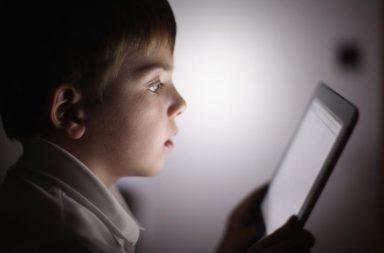 شاشات الأجهزة الذكية: هل تفيد أم تضر بسلوكيات الأطفال المستقبلية - الوقت الذي يقضيه الأطفال أمام الشاشات - السمنة ومشاكل التركيز واضطرابات النوم والعنف