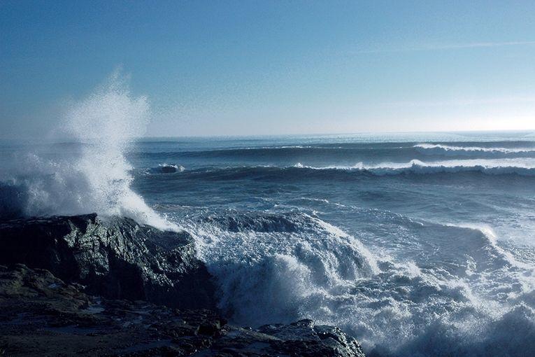 ما الذي يسبب المد والجزر؟