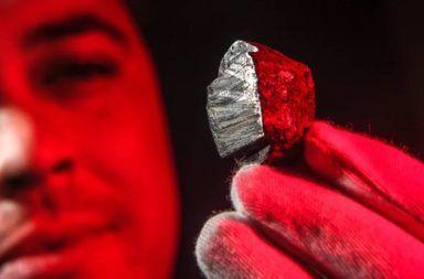 اكتشاف معدن جديد لم تسبق رؤيته من قبل معدن اكتششفه العلماء لأول مرة إدسكوتايت edscottite معدن قام من نيك من السماء صخرة فضائية صغيرة