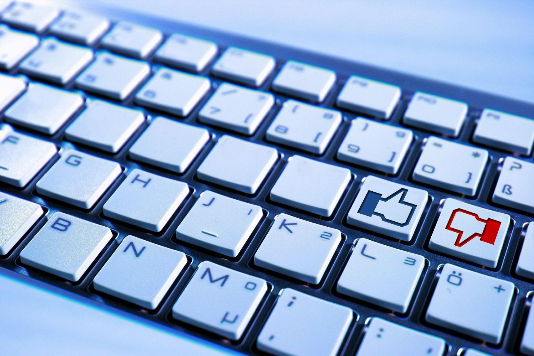 الإعجاب بمقالة عبر الإنترنت قد يعني قضاء وقت أقل في قراءتها - الضغط على زر الإعجاب - قراءة المقالات على شبكة الإنترنت - التفاعل