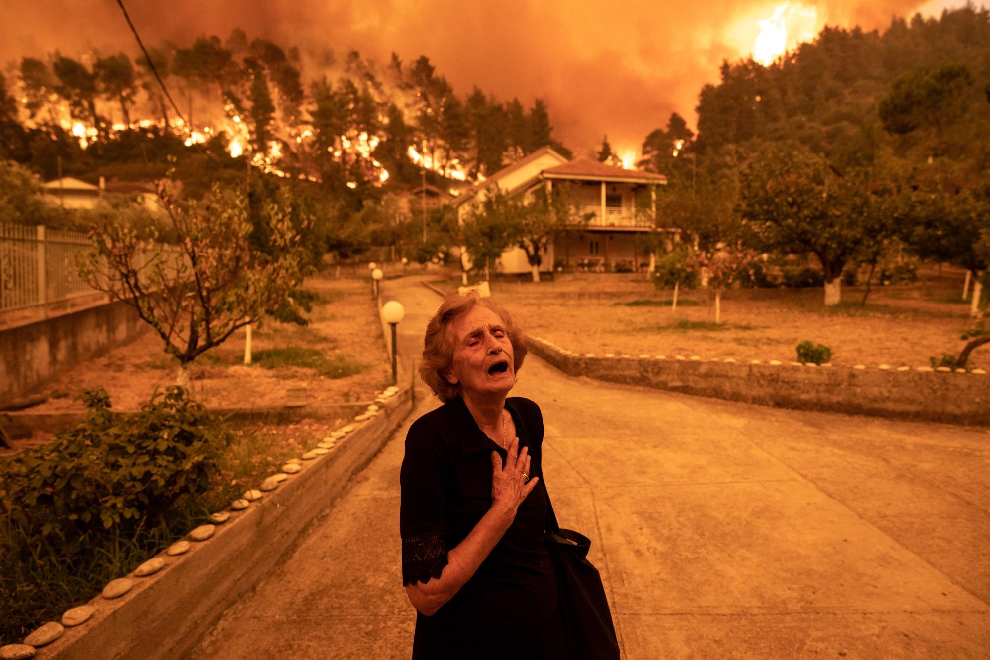 حريق قرية هوفيس، اليونان. (المصدر: Konstantinos Tsakalidis/Bloomberg)