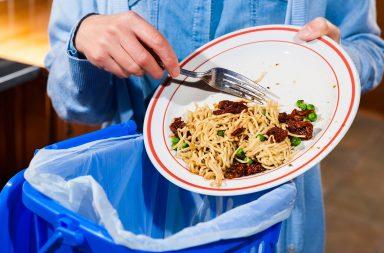 أصبحنا نهدر ضعف كمية الطعام منذ آخر تقييم - يهدر الأثرياء حول العالم ضعف كمية الطعام التي يهدرها الأقل ثراءً - إهدار الطعام على المستوى العالمي والمحلي