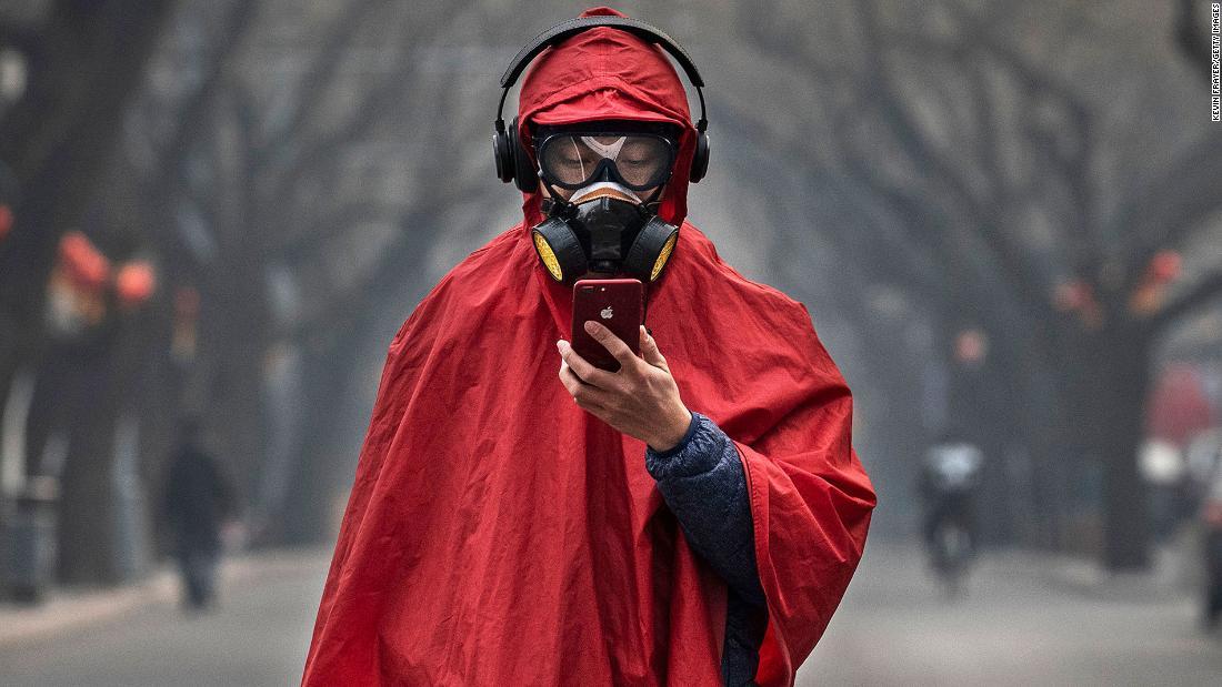 هل يجب أن أرتدي كمامة عند الخروج إلى الأماكن العامة؟ - انتشار جائحة كوفيد-19 - طرق انتقال الأمراض التنفسية - ارتداء الكمامة لتجنب الأمراض التنفسية الفيروسية