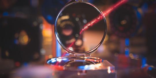كيف ينشأ السلوك الجمعي على المستوى الذري؟