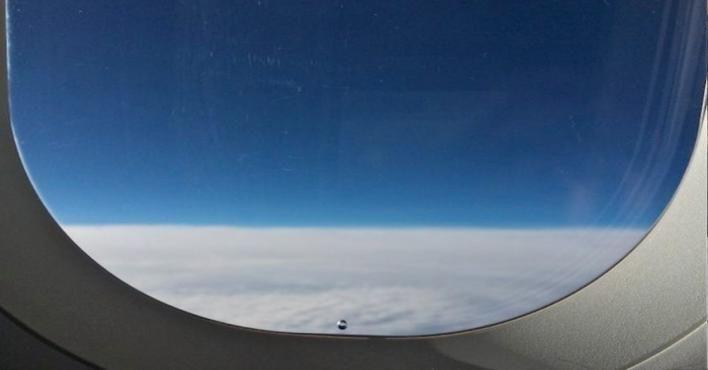لماذا يوجد ثقب صغير في شباك الطائرة؟
