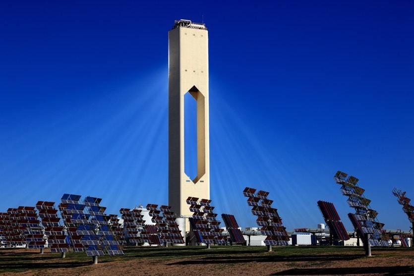 كيف تولد أبراج الطاقة الشمسية الكهرباء أثناء الليل ؟