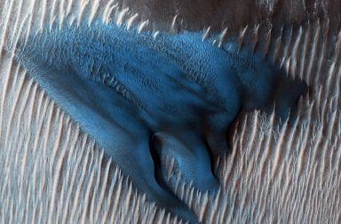 الكثبان الرملية في المريخ تتحرك بطريقة غريبة مشاهدات غريبة لكثبان الرمال على كوكب المريخ الرياح على الكوكب الأحمر سطح الكوكب الرياح