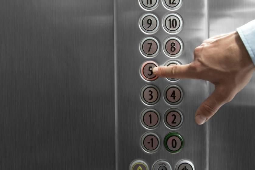 ماذا يحدث عند انقطاع حبال المصعد وسقوطه ؟