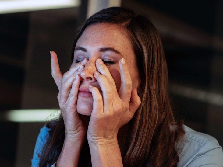 يعاني المصابون بمتلازمة ما بعد الفيروس أحيانًا الصداع وصعوبات في التركيز