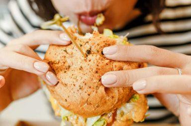 لماذا أتغوط بعد تناول الطعام مباشرة؟ هل هناك مشكلة صحية - التغوط مباشرة بعد تناول الطعام - المنعكس المعدي القولوني - مرور الطعام عبر الجهاز الهضمي
