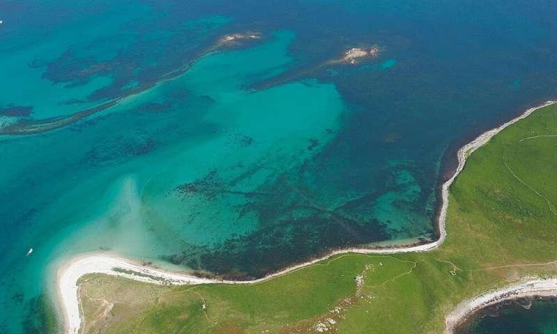 صورة جوية لحدود حقل حجري مغمور بالمياه، جزر سيلي