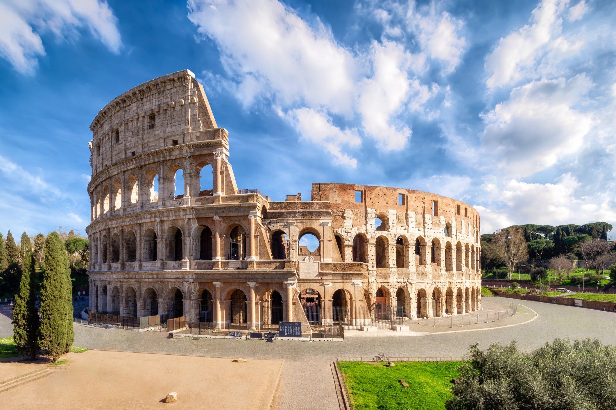 تاريخ مدرج الكولوسيوم الشهير - مدرج حجري ضخم أنشأه الإمبراطور فسبازيان من سلالة فلافيان - الإمبراطور الروماني نيرون - مدرج روما الفديم