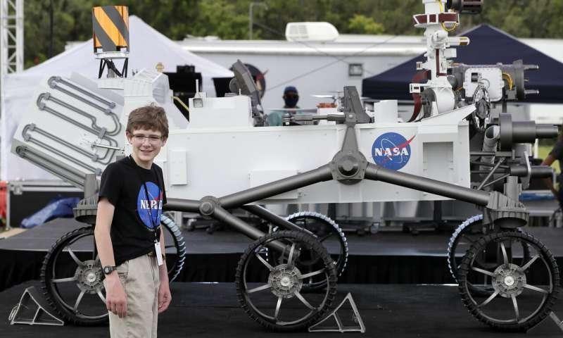 ألكسندر ماذر، من فيرجينيا، يقف بجوار نموذج لمركبة مارس 2020 اسمها بريسيرفانس في مسابقة في مركز كينيدي للفضاء في كيب كانافيرال، فلوريدا