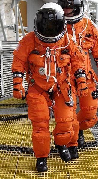 لم تصمم بذلات الضغط للنشاطات في الفضاء المفتوح وإنما فقط داخل المركبة الفضائية