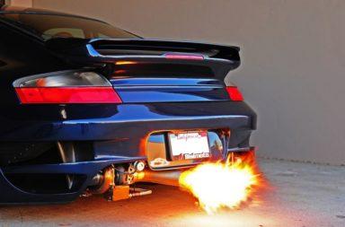 كيف يمكن أن تطلق السيارة ألسنة اللهب من العادم ؟ - هل يمكن أن تطلق سيارة عادية ألسنة اللهب من العادم؟ وما هو دور الوقود غير المحترق ؟