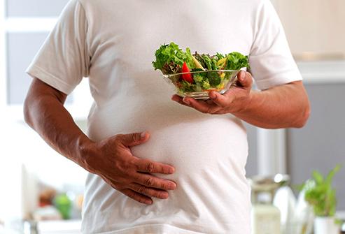 ما أسباب الشعور بامتلاء المعدة؟ وما علاجه - عادات غذائية تسبب الشعور بالامتلاء - الشبع المبكر في أثناء تناول وجبة الطعام - ألم وحرقة في المعدة