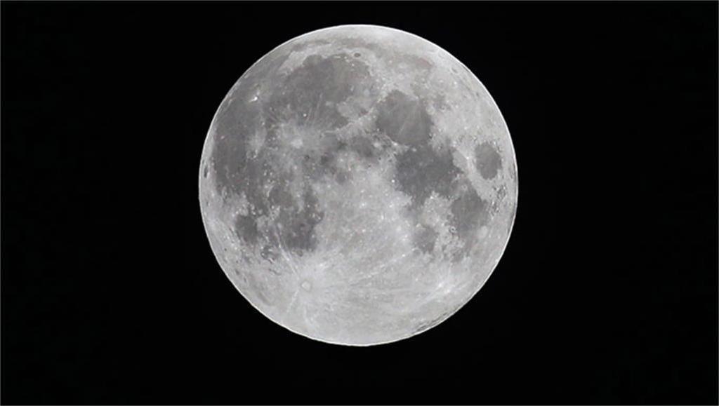 كم يبلغ عمر القمر ؟