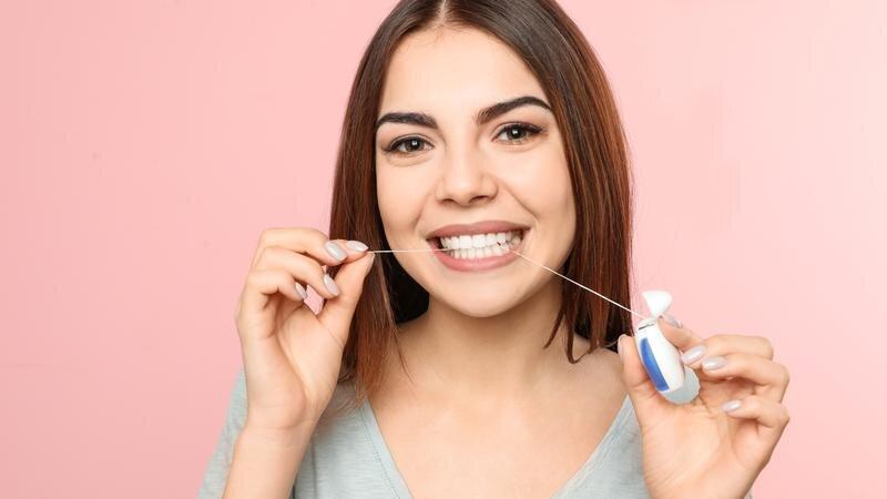 هل من الضروري تنظيف الأسنان بالخيط؟