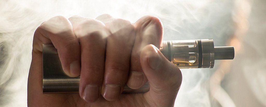 إذا كنت تستخدم السجائر الإلكترونية للإقلاع عن التدخين، فكّر مرة أخرى واقرأ هذا المقال