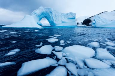 ذوبان سريع لأحد الأنهار الجليدية الضخمة في القارة القطبية الجنوبية.. والعلماء يحاولون اكتشاف السبب - نفق مظلم ممتلئ بالماء في القارة القطبية الجنوبية