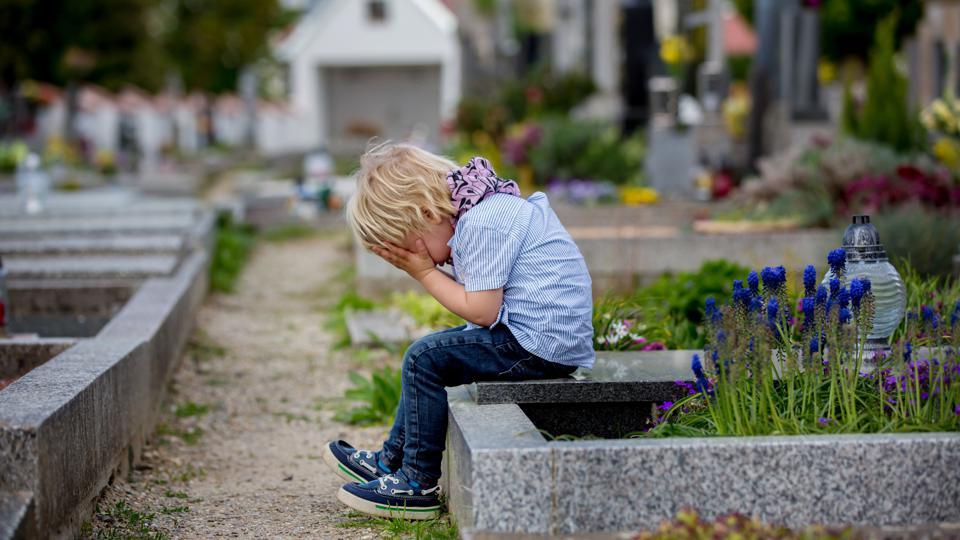 مئات آلاف الأطفال فقدوا أحد والديهم بسبب كورونا، كيف سنتعامل مع هذا الواقع؟ كيف سنتعامل مع الأطفال الذين فقدوا أحد والديهم بسبب كوفيد-19