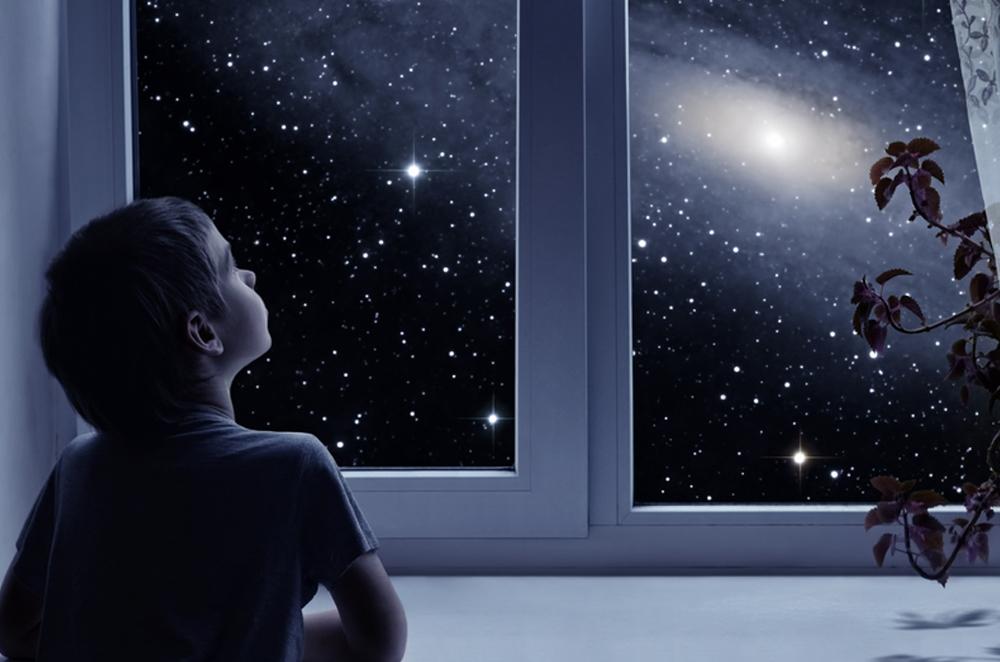 لم يبدو الفضاء أسود؟