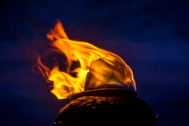 متى اكتشف البشر كيفية استخدام النار؟