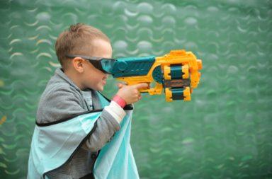 هل من الآمن السماح للأطفال اللعب بألعاب الأسلحة المستخدمة في قتل الأطفال والبالغين على حد سواء؟ ما حقيقة ارتباط ألعاب الأسلحة بأعمال العنف المسلح؟