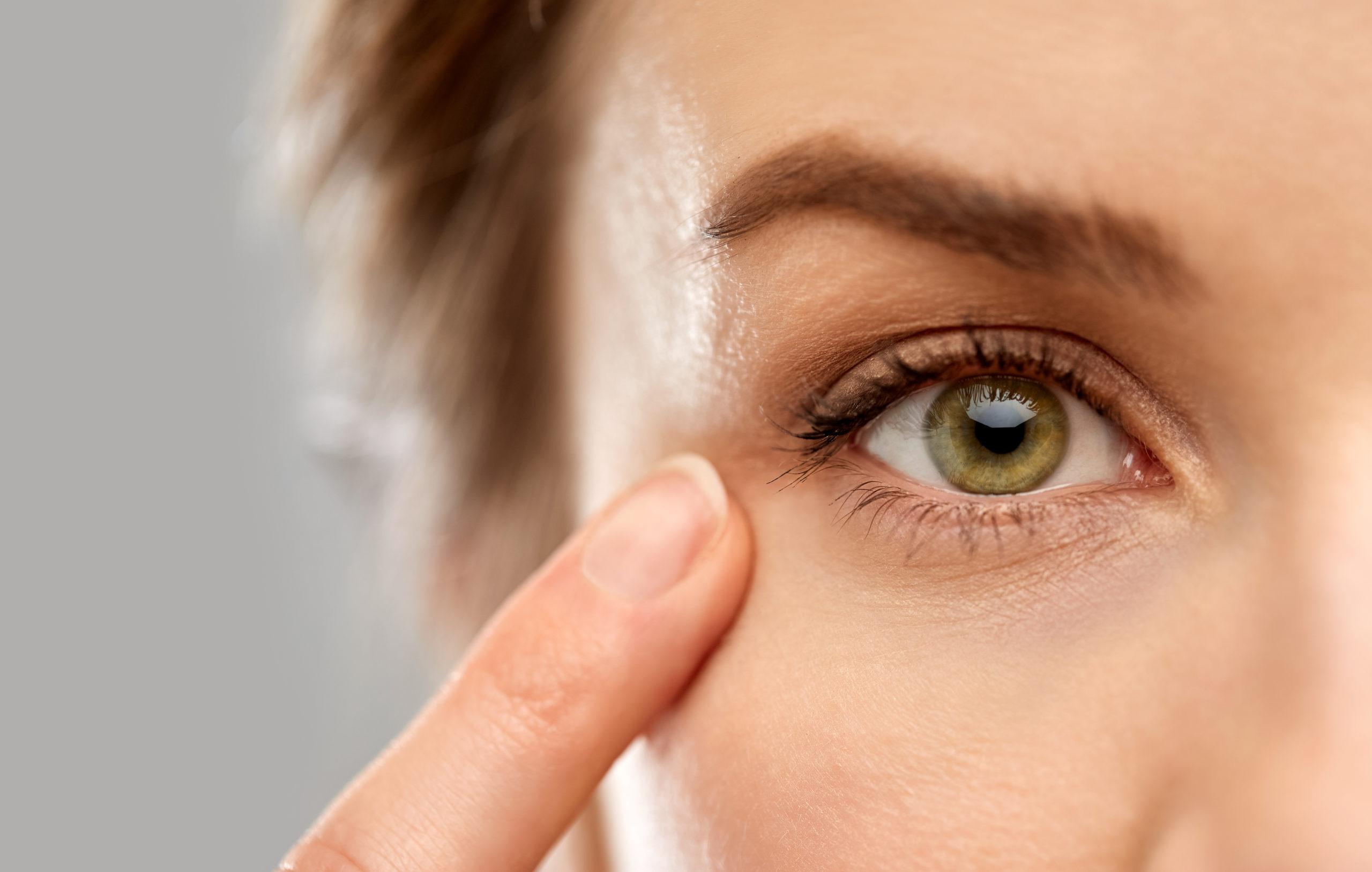ما أسباب تدلي جفن العين - أسباب ترهل جفن العين - لماذا قد تتتدلى جفون العينين - لماذا قد يتدلى الجلد فوق الجفن - ضعف العضلة الرافعة للجفن