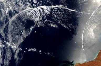 نادرًا ما يتم رصد موجات الجاذبية في الغلاف الجوي للأرض الدوران والتيارات و موجات الجاذبية اضطرابات في انحناء الزمكان الناشئة عن تسارع هائل