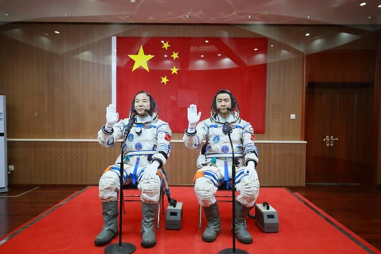 برنامج الفضاء الصيني - برنامج الفضاء الذي تعمل عليه وكالة الفضاء الصينية الوطنية - السباق نحو الفضاء - الطائرة الفضائية في لونج مارش 2ف