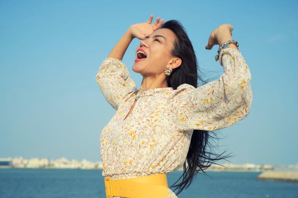 هل تؤثر سرعة الرياح في سرعة انتقال الموجات الصوتية عبرها؟