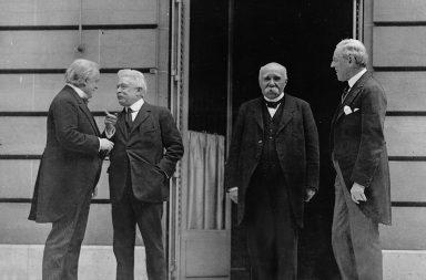 معاهدة فرساي - نهاية الحرب العالمية الأولى - السلام بين الحلفاء المنتصرين وألمانيا - التنازل عن الأراضي ودفع تعويضات ضخمة ونزع السلاح