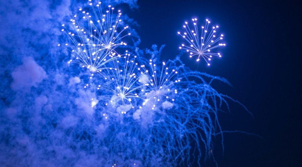 ما سبب ندرة الألعاب النارية ذات اللون الأزرق ؟