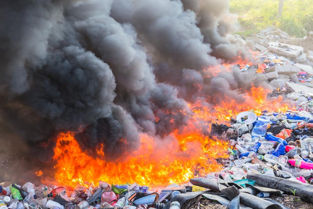 يطلق حرق البلاستيك في العراء الكثير من الغازات السامة