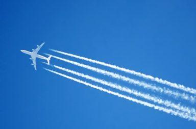 لماذا تنتج الطائرات أثارًا خلفها في السماء؟ ما هي المسارات الدخانية من بخار الماء التي تتركها الطائرات خلفيها في الجو وكيف تتشكل؟ ما هو مسار التكثف ؟