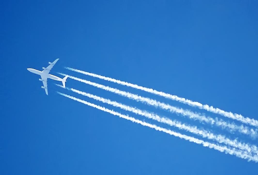 لماذا تنتج الطائرات آثارًا خلفها في السماء؟