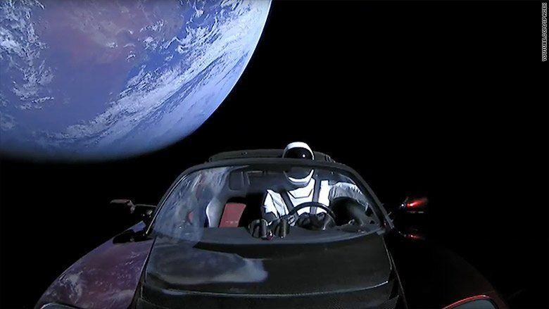 هل تريد أن تتبع سيارة تسلا رودستر في الفضاء؟ هناك موقع على شبكة الإنترنت لذلك.