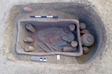 العثور على نعوش طينية نادرة داخل عشرات المقابر المصرية القديمة المكتشفة حديثًا - ثلاث مقابر تنتمي لحضارة نقادة الثالثة - في مقابر مبنية من القرميد الطيني